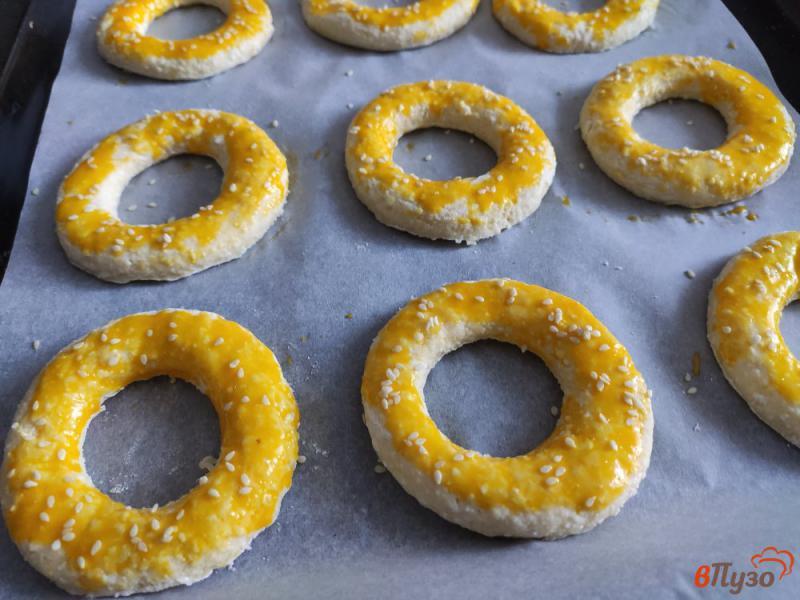 Фото приготовление рецепта: Творожные кольца с кунжутом шаг №6