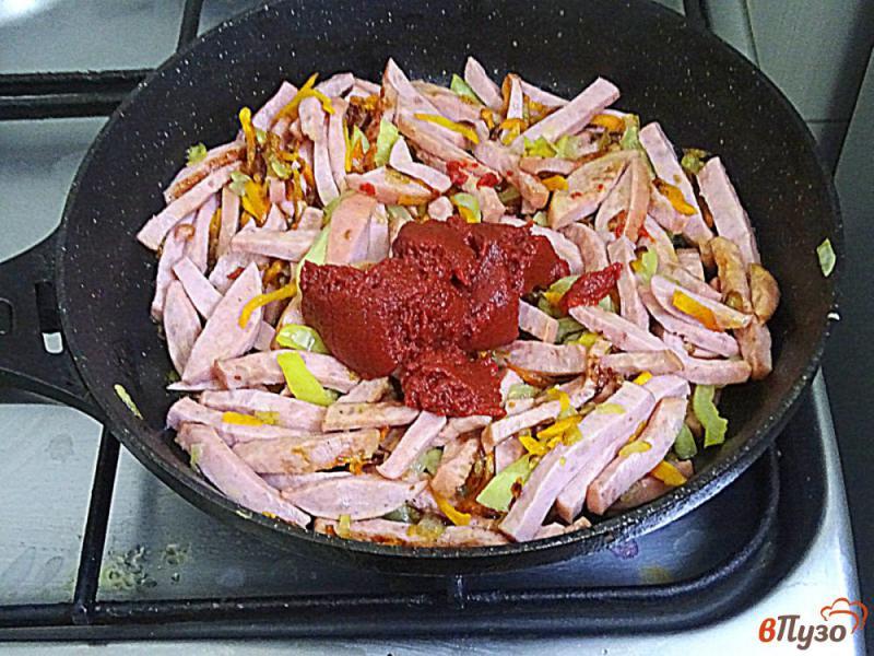 Фото приготовление рецепта: Паста с подливой с колбасой и томатной пастой шаг №8