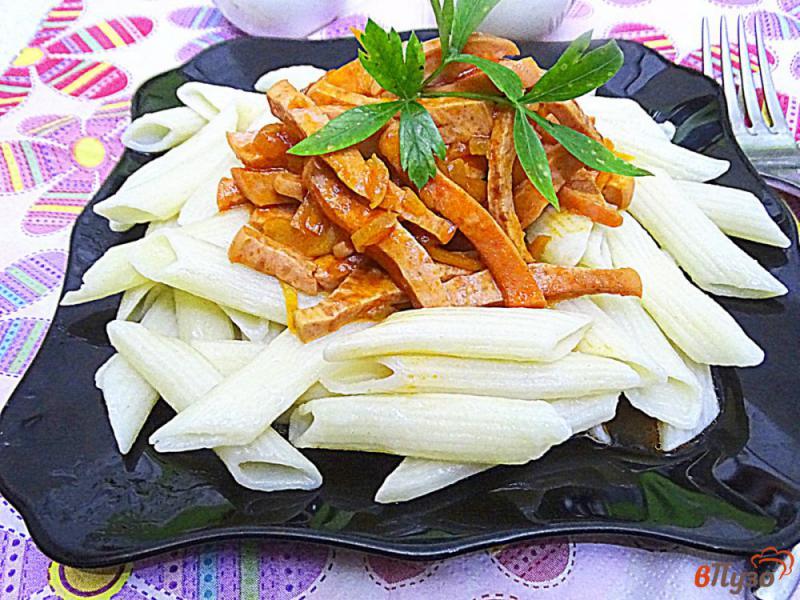 Фото приготовление рецепта: Паста с подливой с колбасой и томатной пастой шаг №10