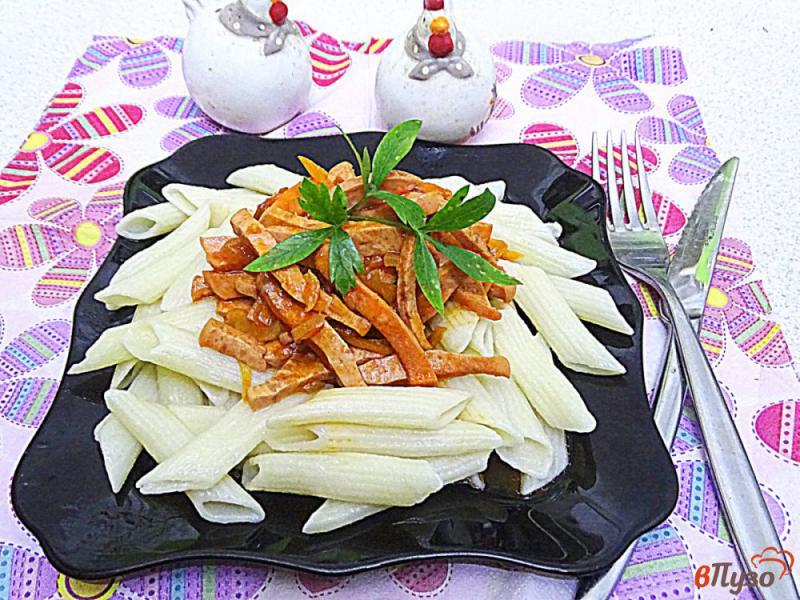Фото приготовление рецепта: Паста с подливой с колбасой и томатной пастой шаг №11