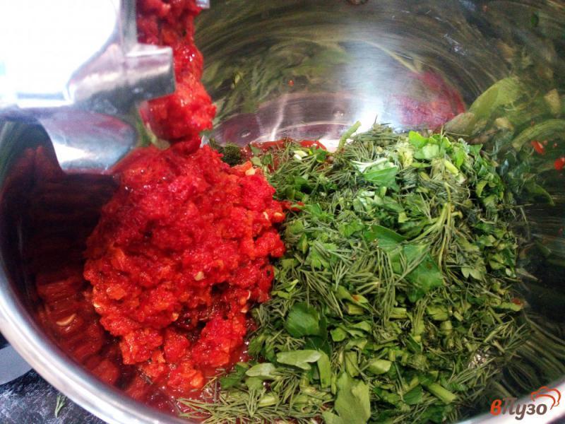 Фото приготовление рецепта: Острая закуска из помидоров и перца без варки шаг №4