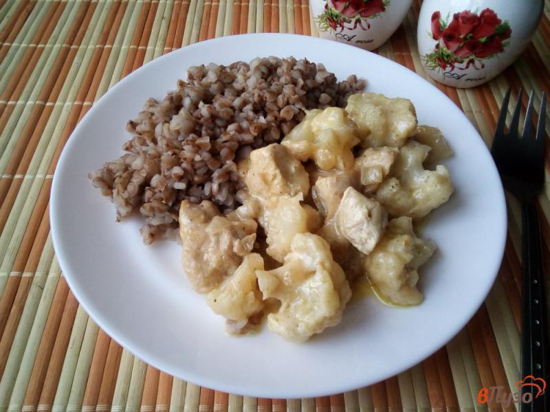 Фото приготовление рецепта: Филе куриное с цветной капустой в сметанном соусе шаг №9