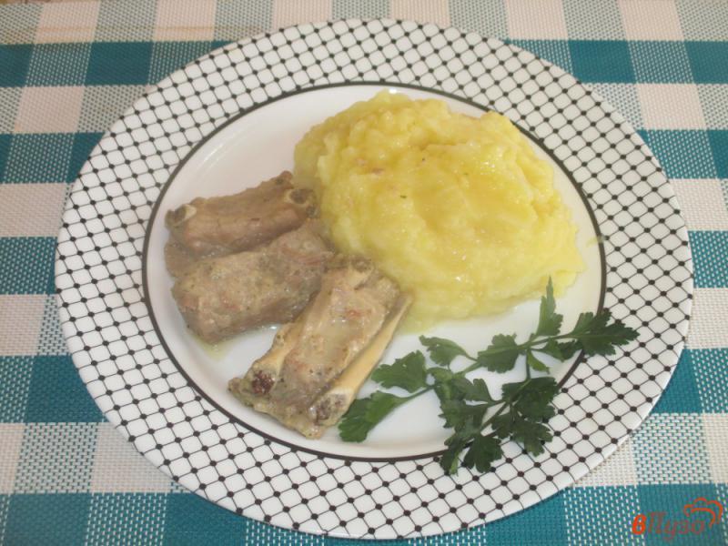 Фото приготовление рецепта: Ребрышки на сковороде с подливой шаг №5