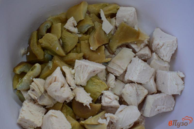 Фото приготовление рецепта: Салат с солеными грибами, курицей и горошком шаг №1