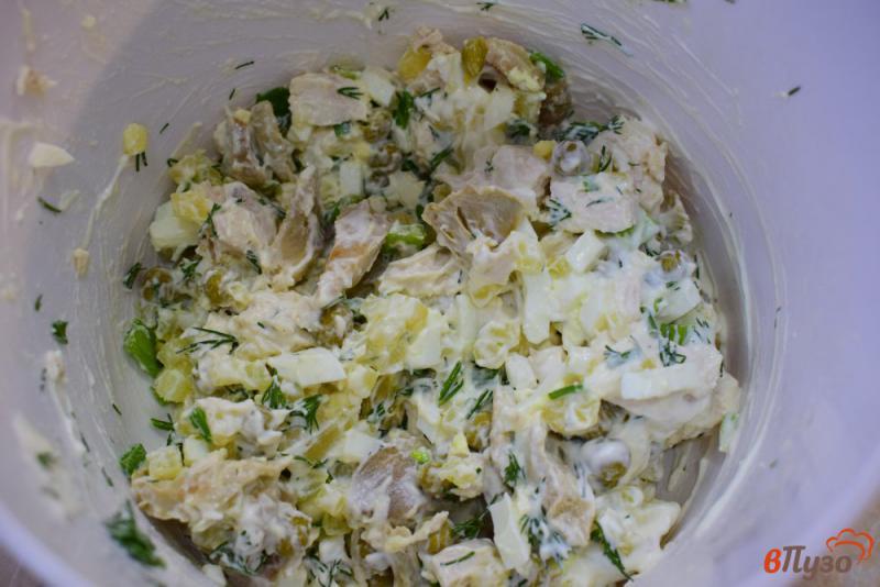 Фото приготовление рецепта: Салат с солеными грибами, курицей и горошком шаг №4