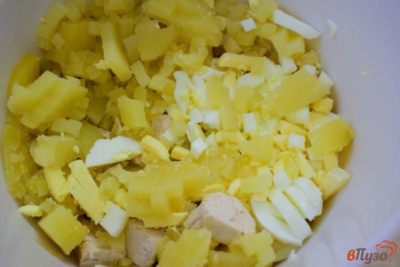Фото приготовление рецепта: Салат с солеными грибами, курицей и горошком шаг №2