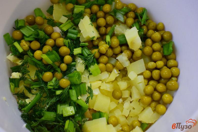 Фото приготовление рецепта: Салат с солеными грибами, курицей и горошком шаг №3