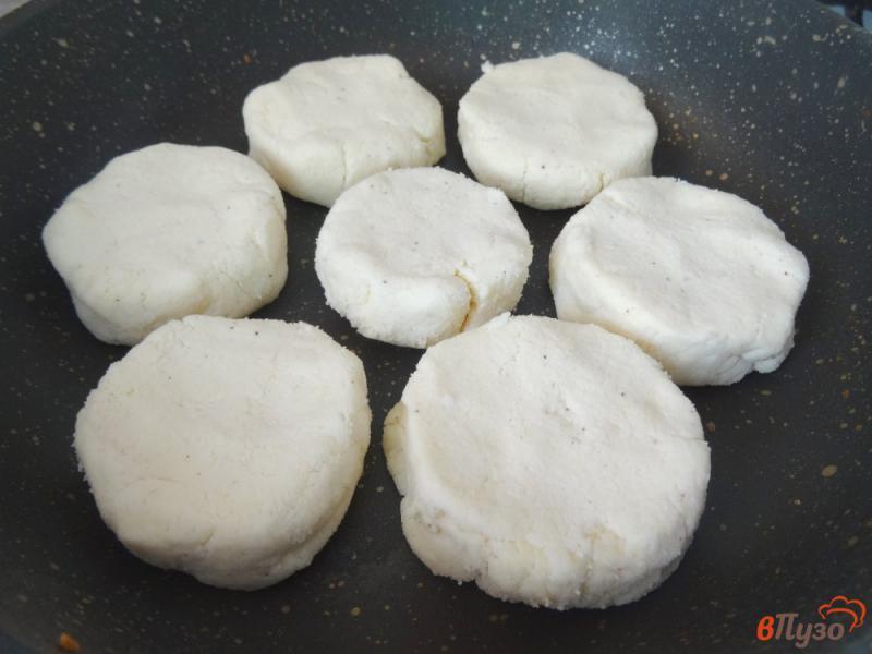 Фото приготовление рецепта: Сырники из рикотты с кокосовой мукой шаг №6