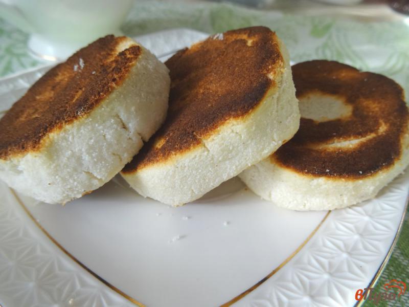 Фото приготовление рецепта: Сырники из рикотты с кокосовой мукой шаг №9