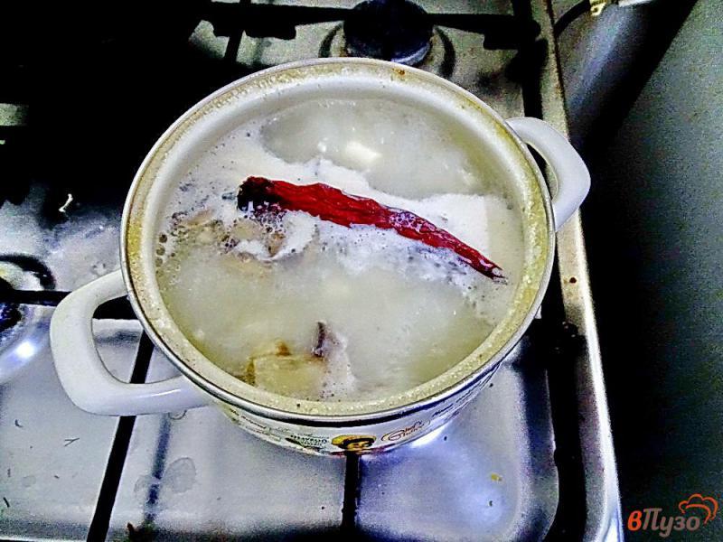 Фото приготовление рецепта: Суп с креветками, плавленым сыром и грибами шаг №5