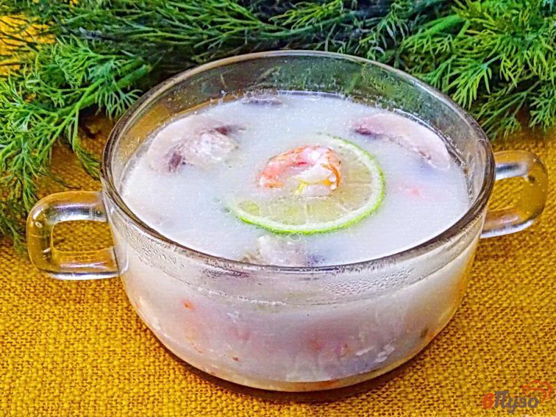 Фото приготовление рецепта: Суп с креветками, плавленым сыром и грибами шаг №7