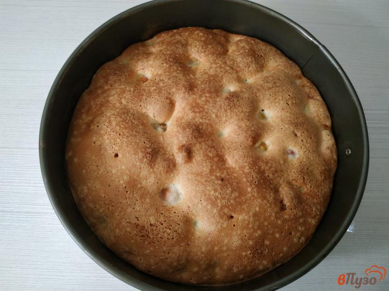 Фото приготовление рецепта: Бисквитный пирог с черешней шаг №8