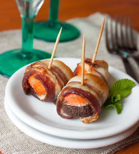 фото рецепта: Шампиньоны с лососем в беконе