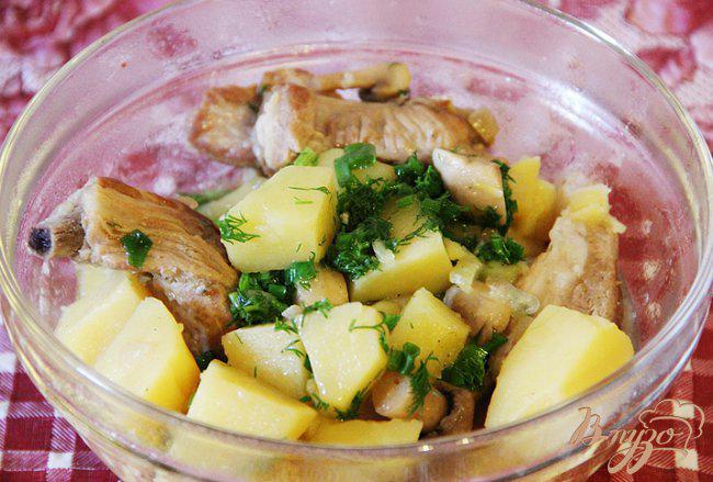 фото рецепта: Тушеные свиные ребрышки с картофелем и грибами