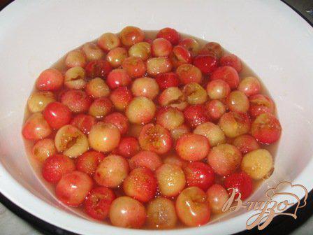 Фото приготовление рецепта: Варенье из черешни с лимоном «Янтарь» шаг №4