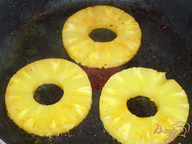 Фото приготовление рецепта: Шницель из филе индейки с ананасами шаг №2