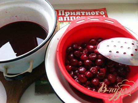 Фото приготовление рецепта: Шварцвальдский вишневый торт («Черный лес») шаг №9