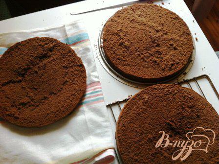 Фото приготовление рецепта: Шварцвальдский вишневый торт («Черный лес») шаг №7
