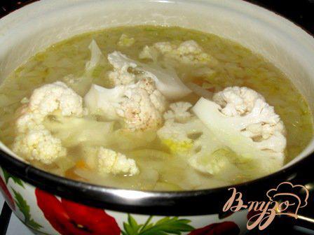 Фото приготовление рецепта: Сырный суп с цветной капустой и брокколи шаг №4