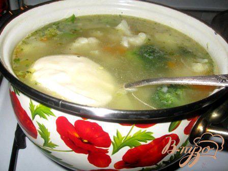 Фото приготовление рецепта: Сырный суп с цветной капустой и брокколи шаг №6