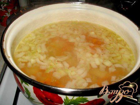 Фото приготовление рецепта: Сырный суп с цветной капустой и брокколи шаг №3