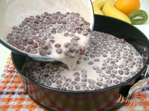 Фото приготовление рецепта: Йогуртовый торт с бананами и шоколадными шариками «Празничный» шаг №4