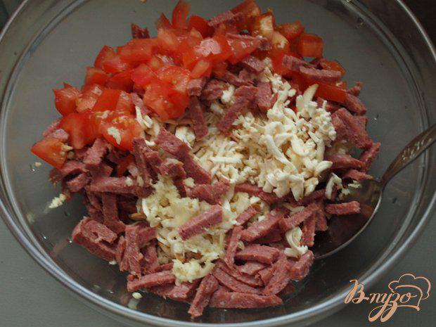Фото приготовление рецепта: Салат с колбасным сыром и сухариками шаг №3