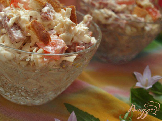 Фото приготовление рецепта: Салат с колбасным сыром и сухариками шаг №4