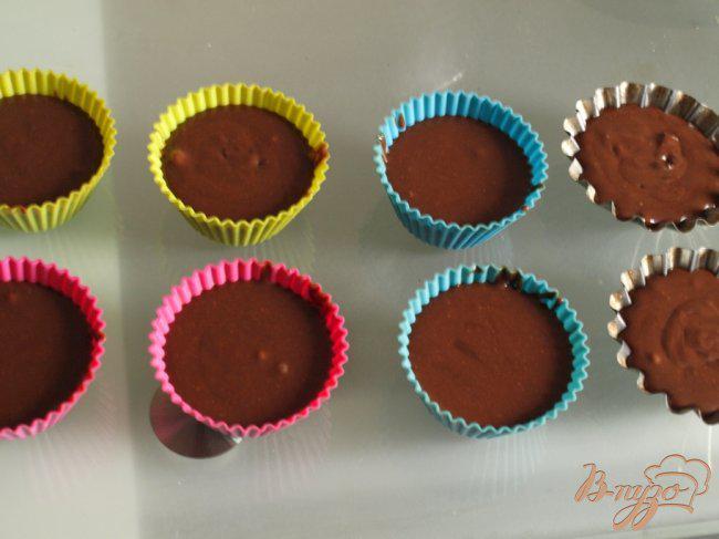 Фото приготовление рецепта: Шоколадное пирожное за 15 минут шаг №3