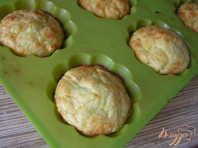 Фото приготовление рецепта: Маффины с кабачком и сыром шаг №6