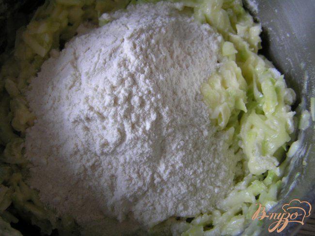 Фото приготовление рецепта: Маффины с кабачком и сыром шаг №3