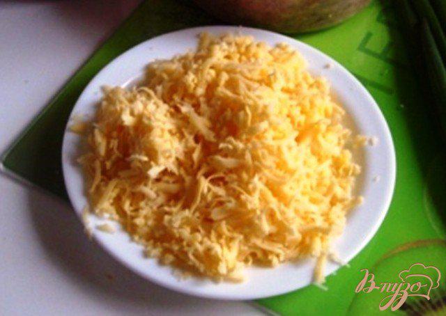 Фото приготовление рецепта: Слоеный пирог со шпинатом и сыром. шаг №3