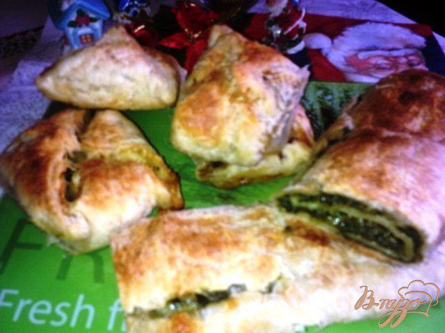 Фото приготовление рецепта: Слоеный пирог со шпинатом и сыром. шаг №6
