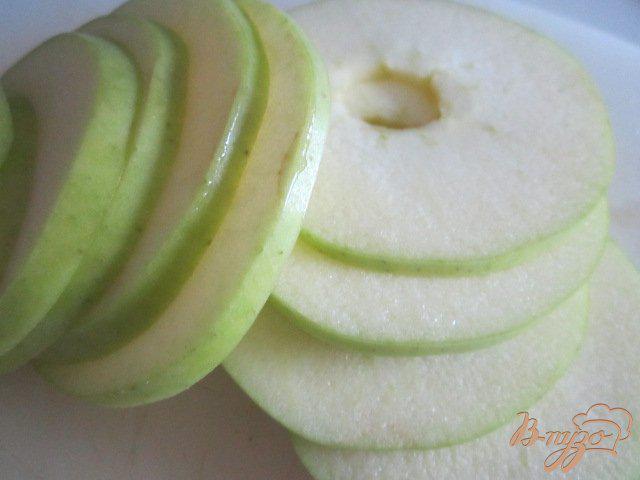 Фото приготовление рецепта: Куриная печень с яблоками и клюквой шаг №4