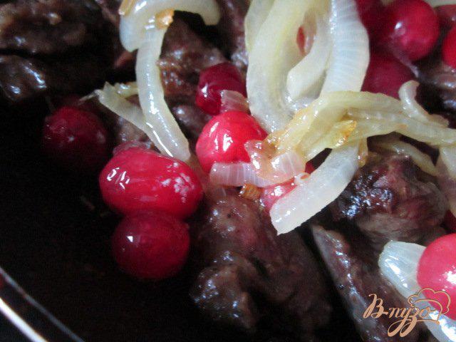 Фото приготовление рецепта: Куриная печень с яблоками и клюквой шаг №6