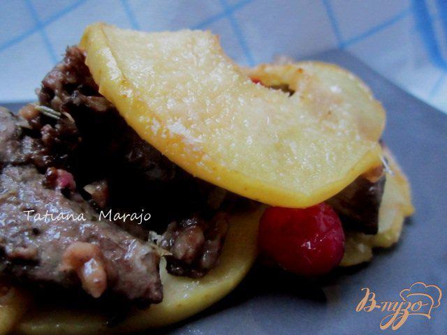 Фото приготовление рецепта: Куриная печень с яблоками и клюквой шаг №8