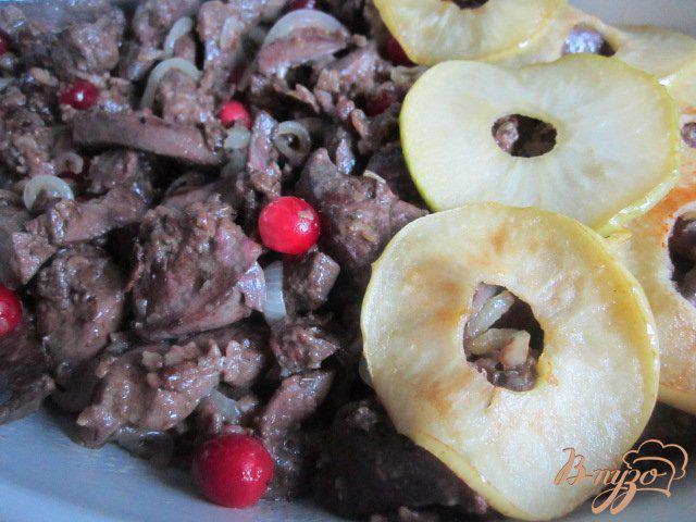 Фото приготовление рецепта: Куриная печень с яблоками и клюквой шаг №7