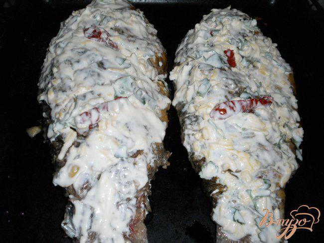 Фото приготовление рецепта: Караси запеченные под сыром и сметаной шаг №5