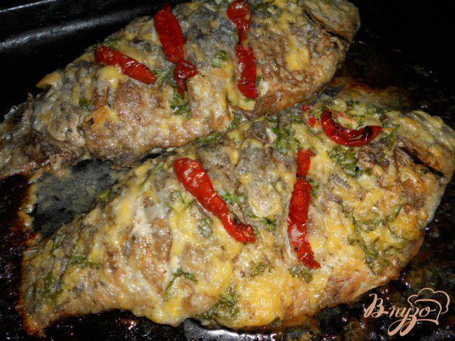 Фото приготовление рецепта: Караси запеченные под сыром и сметаной шаг №6