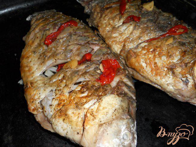 Фото приготовление рецепта: Караси запеченные под сыром и сметаной шаг №2