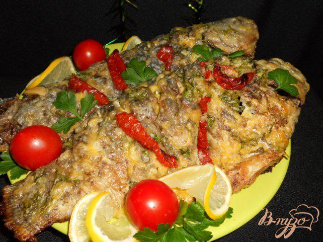 Фото приготовление рецепта: Караси запеченные под сыром и сметаной шаг №7