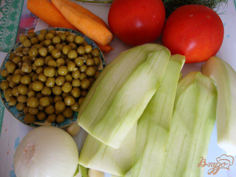 Фото приготовление рецепта: Кабачки тушёные с горошком шаг №1