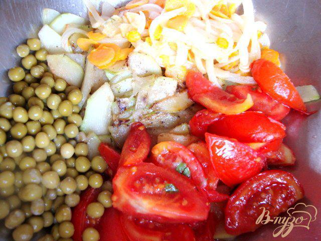 Фото приготовление рецепта: Кабачки тушёные с горошком шаг №4
