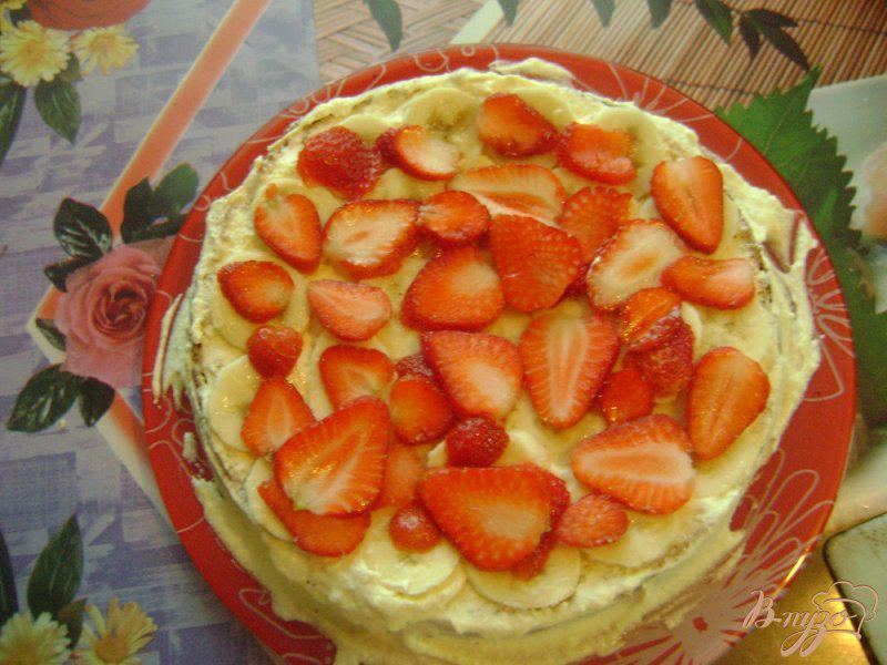 Фото приготовление рецепта: Бисквитный торт с бананами и клубникой шаг №9