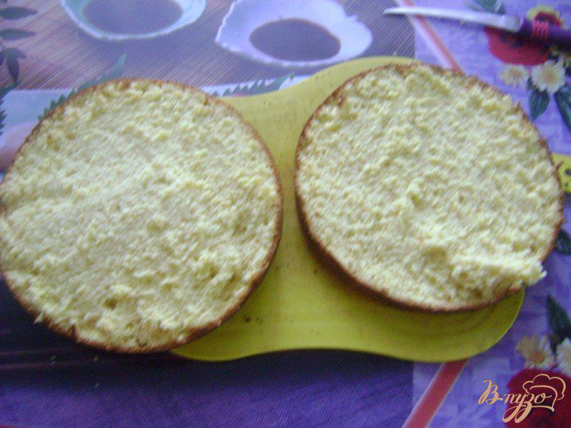Фото приготовление рецепта: Бисквитный торт с бананами и клубникой шаг №8
