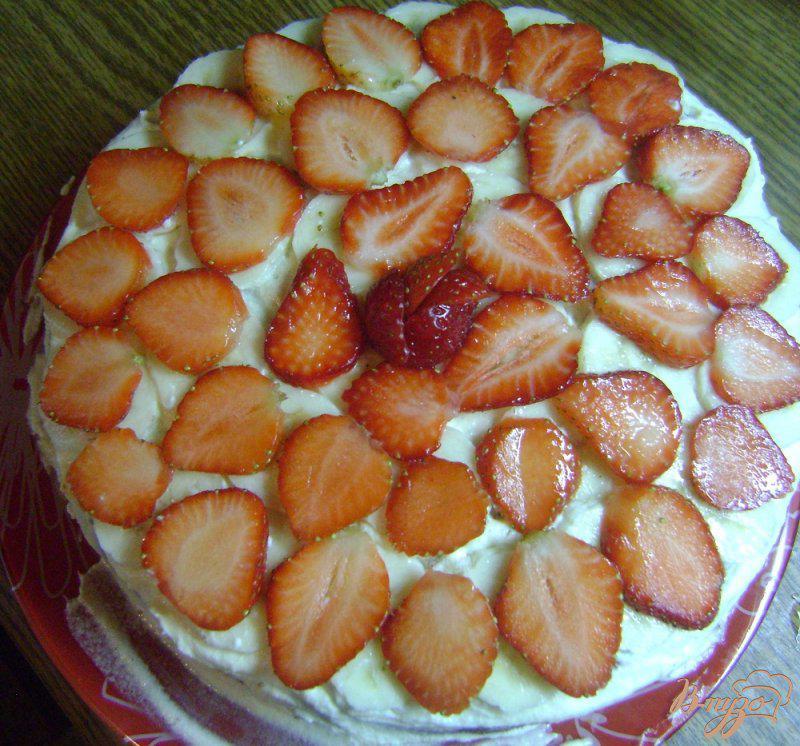 Фото приготовление рецепта: Бисквитный торт с бананами и клубникой шаг №10