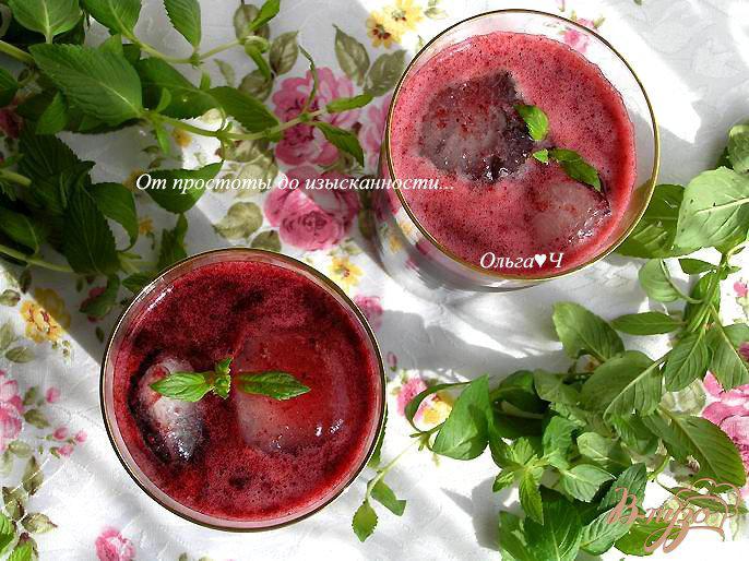 Фото приготовление рецепта: Морс из черной смородины с мятой и коричневым сахаром шаг №5