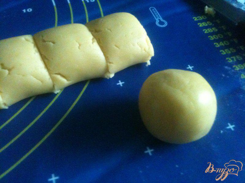 Фото приготовление рецепта: Песочное печенье с яблочно-медовой начинкой шаг №5