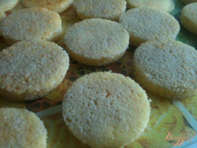 Фото приготовление рецепта: Бисквитные пирожные шаг №5