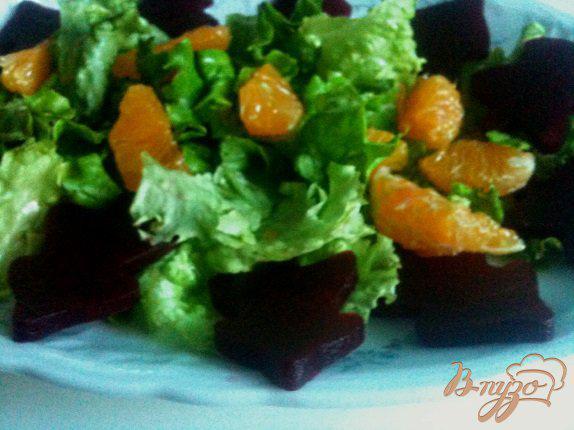 Фото приготовление рецепта: Салат с мандаринами, свеклой и копченой рыбой шаг №5